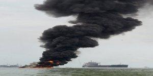 Endonezya sahilleri petrole bulandı