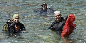 Kaleiçi Yat Limanı'nda denizden 10 çuval çöp çıktı
