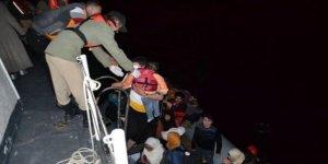 Denizde sürüklenen kaçakları sahil güvenlik kurtardı