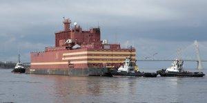 Yüzer nükleer enerji santraline yakıt yüklemesi