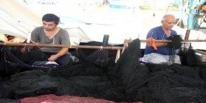 Balıkçılar harıl harıl tekne ve ağ onarıyor