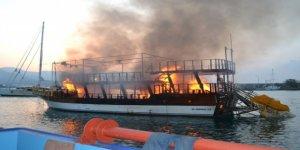 Limanda demirli tur teknesi alev alev yandı
