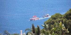 Deniz ortasında arızalanan tur teknesi kurtarıldı