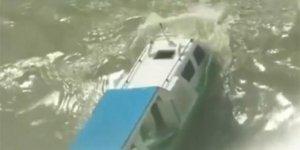 Dev dalgalar, turist teknesini yuttu