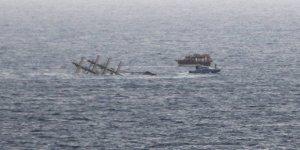 Alabora olan teknedeki 30 kişi boğuldu