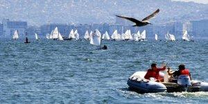 İzmir Körfezi rengarenk yelkenlilerle bezendi