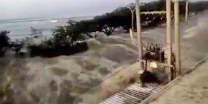 Endonezya'yı hem deprem, hem tsunami vurdu!