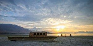 Van Gölü çekildi, batık tekneler ortaya çıktı