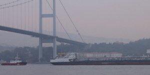 Arızalanan tanker Boğaz'dan römorkörlerle geçti