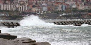 Dev dalgalar liman içindeki tekneyi batırdı