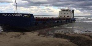 Fırtınada sürüklenen gemi karaya oturdu!