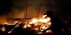 Kötü şanstan korunmak için tekne yaktılar