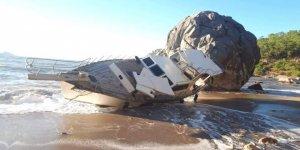 Fırtınada halatı kopan tekne karaya sürüklendi
