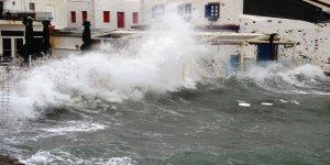 Lodos, Muğla sahillerini tarumar etti
