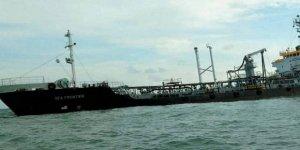 Malezya'da kayalıklara çarpan tanker battı