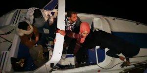 Sürüklenen teknedeki kaçaklar kurtarıldı