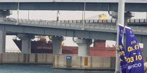 Kargo gemisi köprüye çarptı