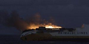 Yangında zarar gören kargo gemisi battı