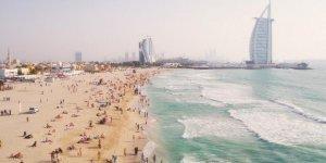 Altın kumu ve kristal berraklığında suyuyla Dubai