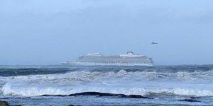 Sürüklenen gemideki yolcular kurtarılıyor