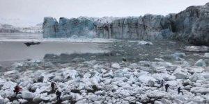 Buzul az kalsın turistlerin üzerine çöküyordu