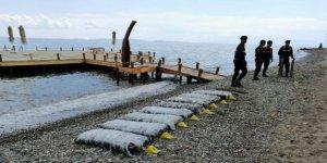 Ekipler sahilden uyuşturucu paketi topluyor