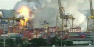 Kimyevi madde taşıyan gemi yandı