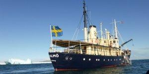 Arktik tur gemisi buz kütlesine çarptı