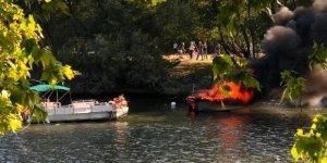 Yanan teknedeki yolcular nehre atladı