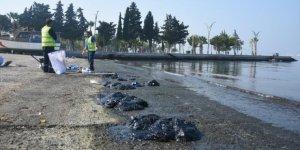 Petrol sızıntısı Aliağa sahilini kirletti