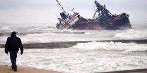 Fırtınaya dayanamayan tanker Karadeniz'de karaya oturdu
