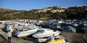Kaçak taşıyan tekneler otoparkı doldurdu