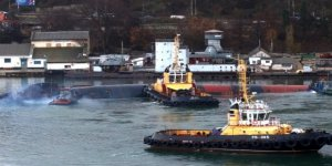 Su alan Rus denizaltı batırılıyor