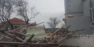 Fırtına çatıları uçurdu