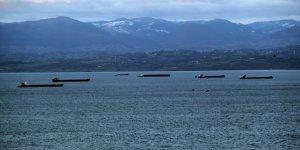 Fırtına öncesi yük gemileri limana sığındı