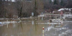 Baraj suyu yükseldi, karayolu kapatıldı