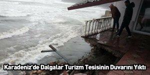 Karadeniz'de Dalgalar Turizm Tesisinin Duvarını Yıktı