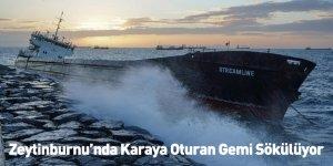 Zeytinburnu'nda Karaya Oturan Gemi Sökülüyor