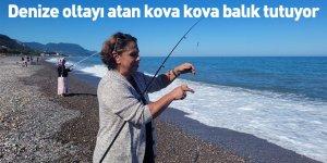 Denize oltayı atan kova kova balık tutuyor