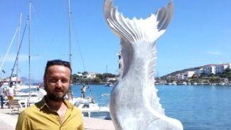 Dev balık heykeli görenleri şaşırtıyor
