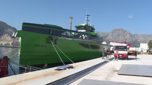 70-metrelik-gemi-iki-vincle-denize-indirildi-2-13920486-o.jpg