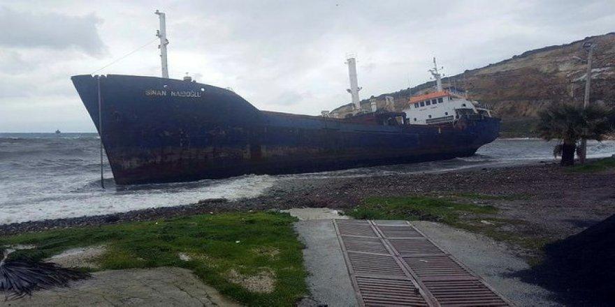Fırtınada sürüklenen gemi Aliağa'da karaya oturdu